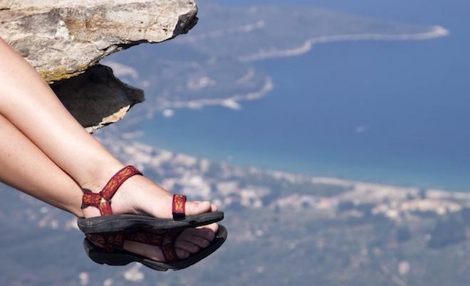 donna con sandali trekking