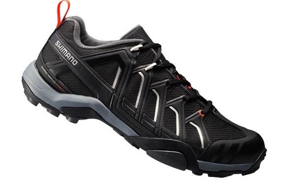 Leggere per non appesantire nelle escursioni a piedi ma con dettagli tipici  da calzature per mountain bike 49222f2a732