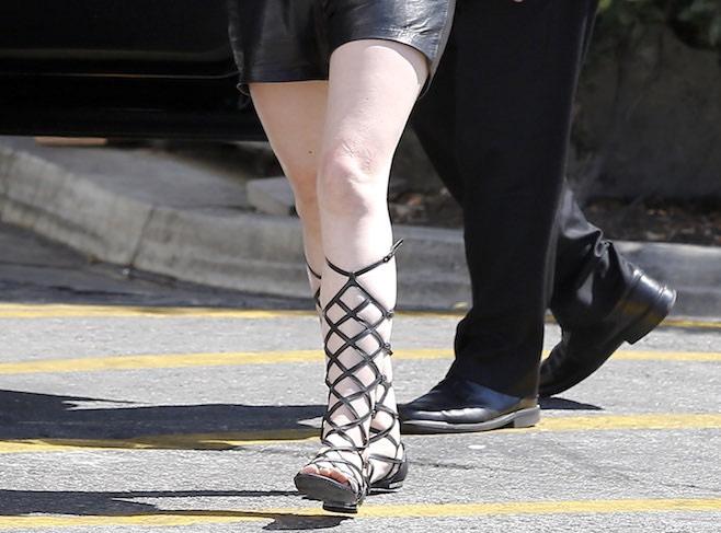kourtney kardashian  sandali gladiatore