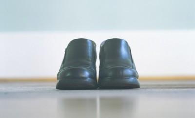 tenere piede in due scarpe