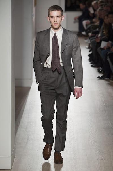 vestito grigio scarpe marroni