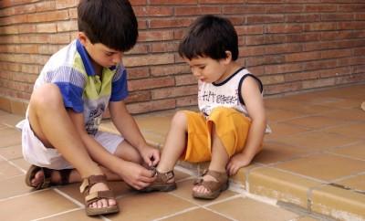 insgnare a mettere le scarpe ai bambini