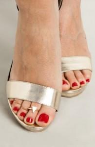 sandalo con anello al dito del piede