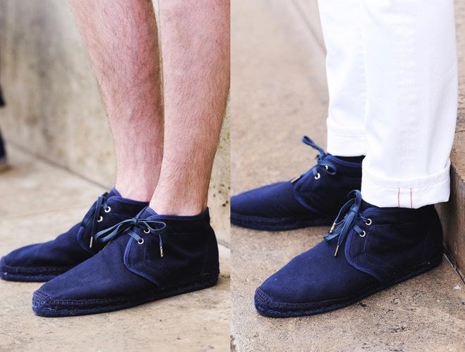 Uomo pantaloni bianchi e scarpe blu