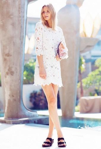 sandali Birkenstock e vestito bianco