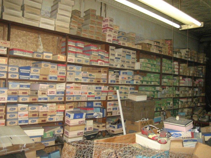 negozio di scarpe abbandonato