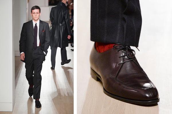 scarpe marroni e calzini