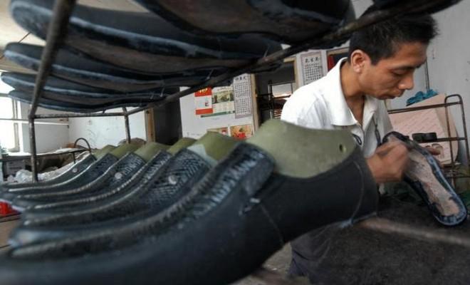 Scarpe  un prodotto pericoloso su 2 viene dalla Cina - Scarpe Alte - Scarpe  basse f2ce8a857a8