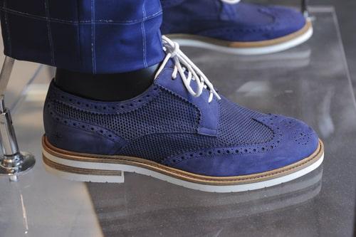 Scarpe da uomo economiche online. Da sempre, le scarpe occupano un posto privilegiato all'interno del guardaroba di ogni uomo. Si dice che almeno 5 siano le paia di scarpe che un uomo dovrebbe serbare nella sua scarpiera, ma di solito si eccede abbondantemente il numero suggerito.