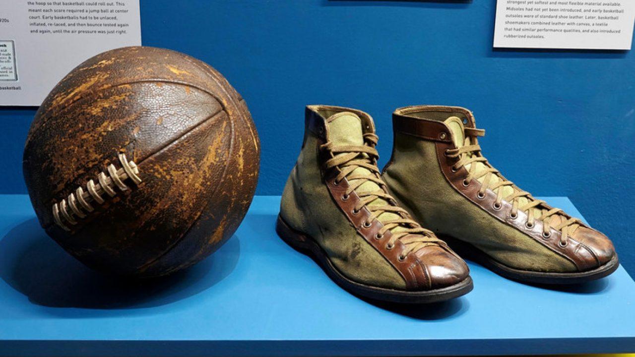scarpa da basket al piede