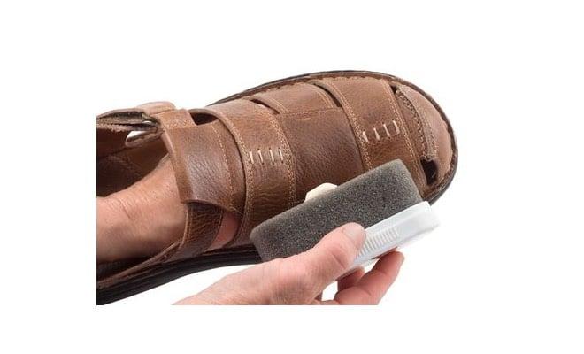 pulire i sandali