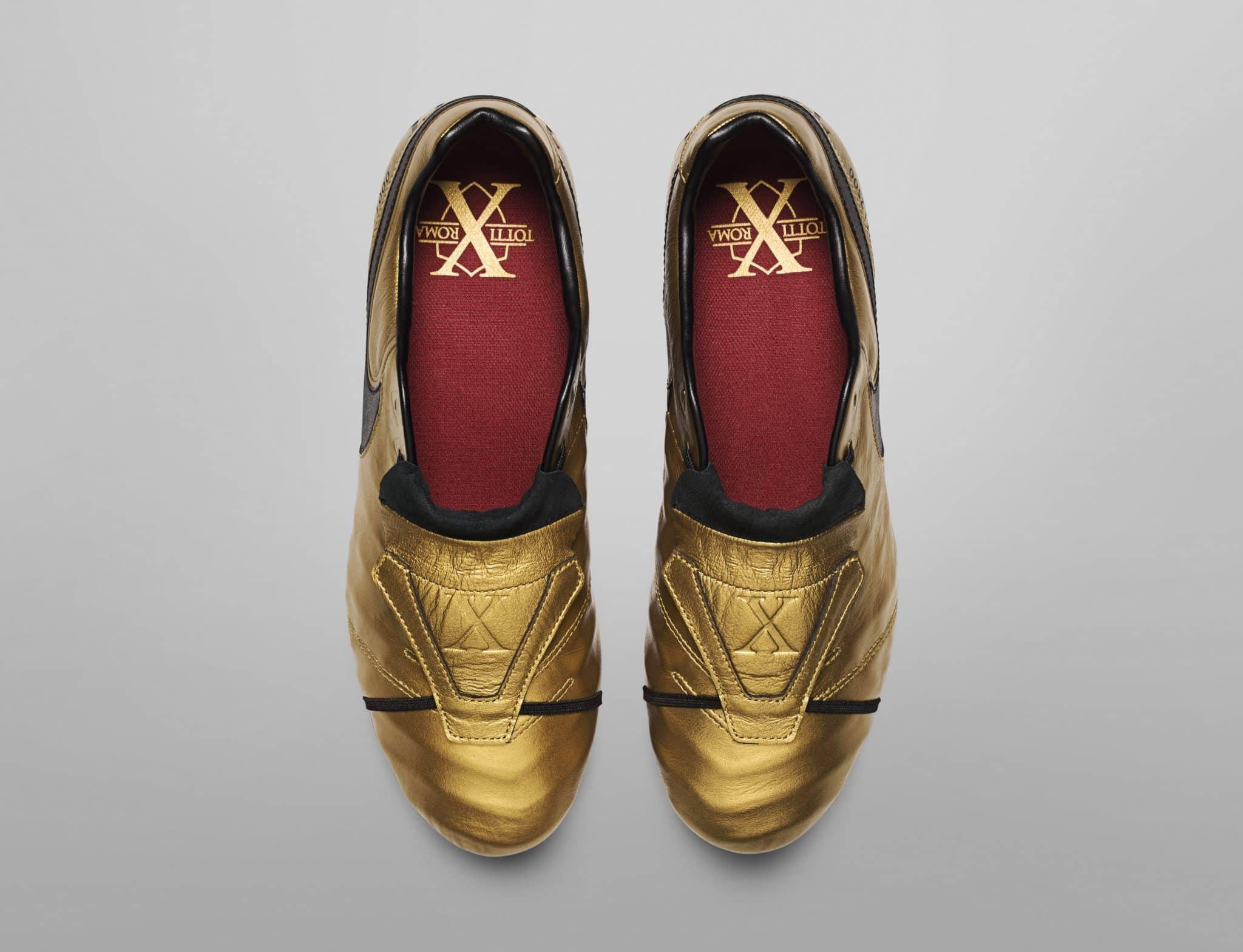 Le scarpe di Totti: ecco le Nike d'oro per il re di Roma