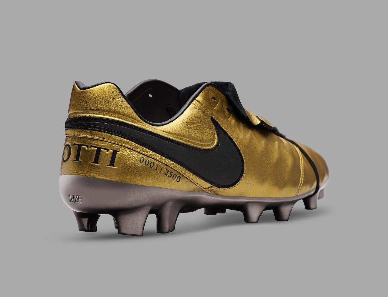le scarpe di totti ecco le nike d 39 oro per il re di roma