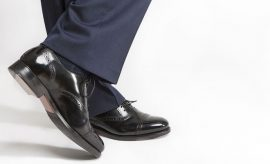 Comprare scarpe a un uomo