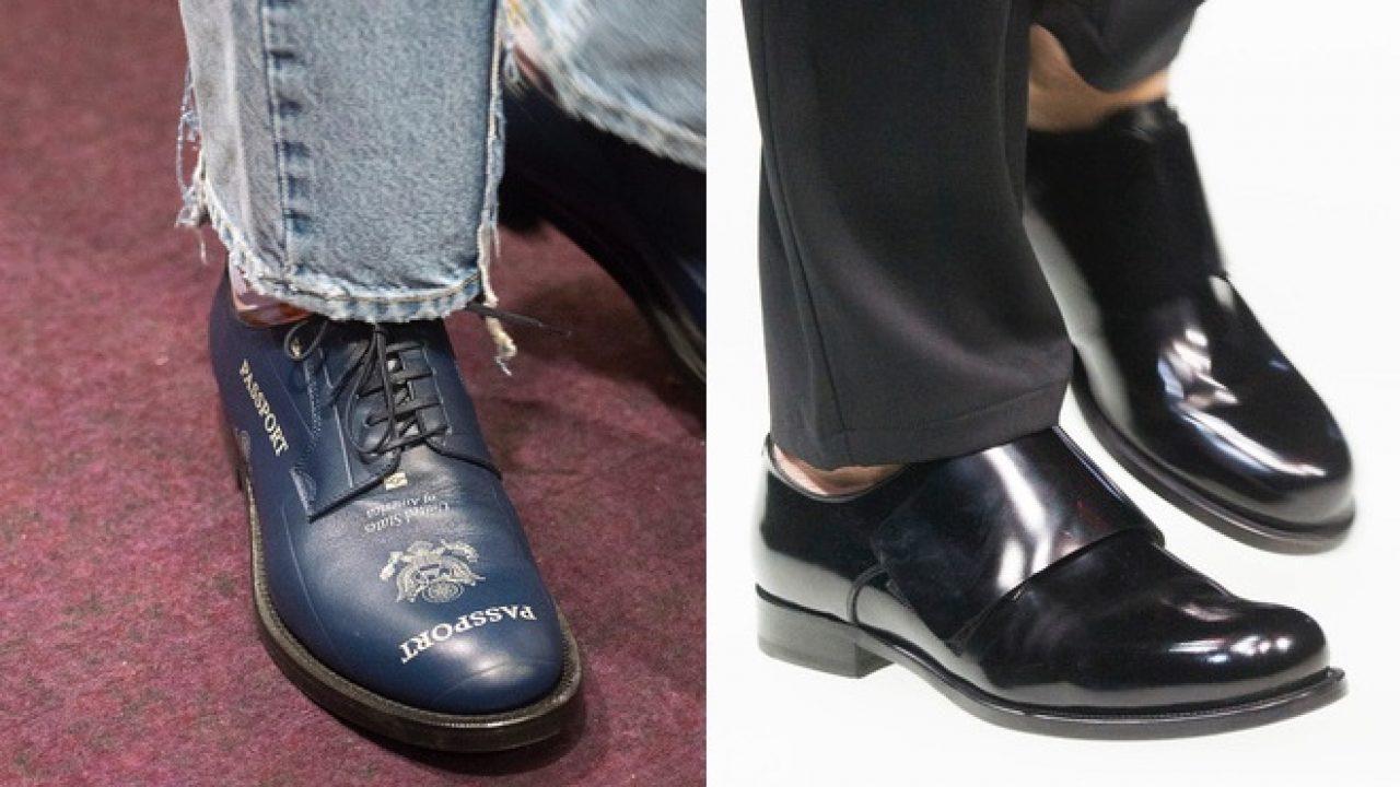 Maschio allaccia le scarpe nere sui suoi piedi. Classico uomo