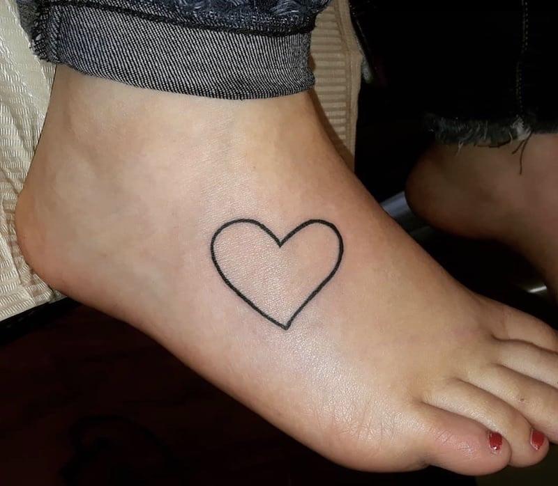 nuovo tatuaggio piede forma cuore