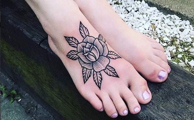 tatuaggi piede fiori scritte